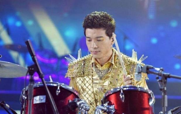 2013年的百度年会,李彦宏则上演了一番Cosplay秀,一身佐罗扮相英气逼人。