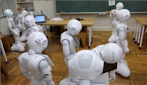 "Pepper作为一个人形机器人,不擅长清洁打扫,不适合煮饭烧菜,甚至不能给你沏茶倒水。这个身高1.2米的""大家伙""只能通过语音识别系统来识别人类的语音以及面部表情,并用表情、动作、语音与人类交流、反馈,甚至能够跳舞、开玩笑。"