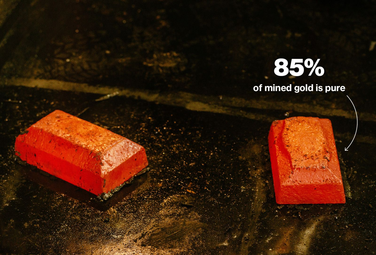這些粗糙的金條在運往約翰內斯東部蘭德煉金廠(Rand Refinery)前,純度只有85%。 蘭德煉金廠將這些黃金加工成滿足倫敦黃金市場規格的99.99%的標準金條。