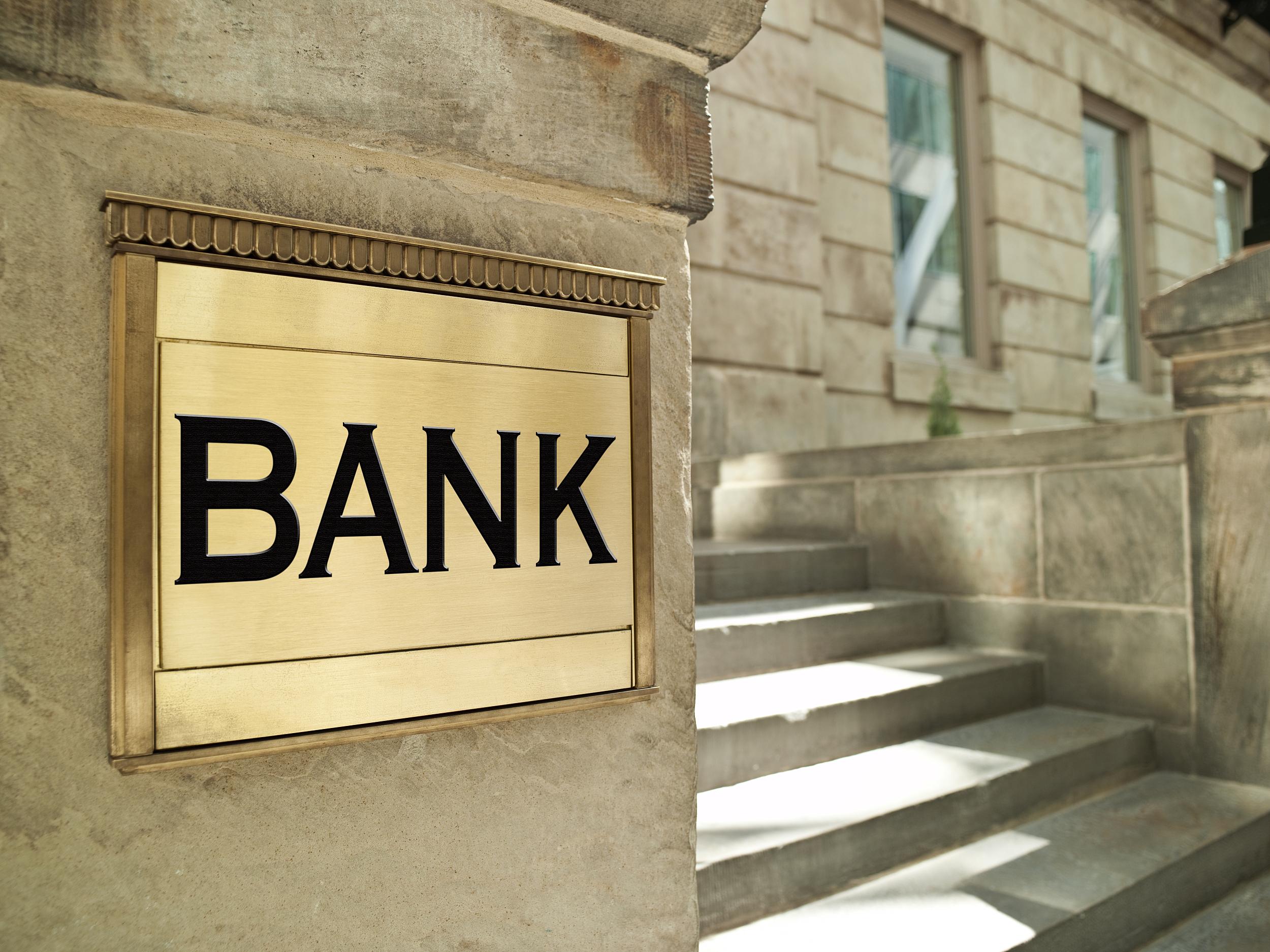 """""""买股明志""""真有用!银行高管年内增持近6000万,前三名中两个赚钱了"""