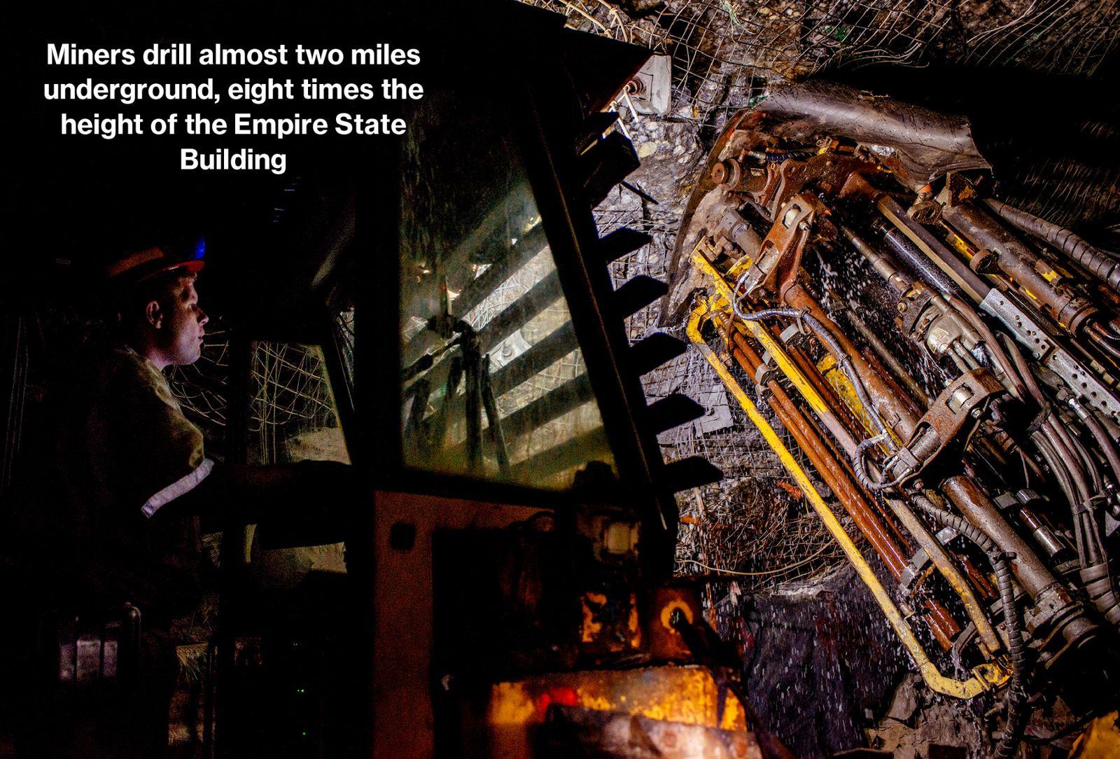 Rocky Wyngaard在South Deep金矿隧道钻洞,用于固定铁丝网以防止落下的岩石。岩面上的洞里充满了爆炸物,将矿石破碎成碎石,然后通过自卸卡车、滑槽与升降机将其运送到地面。