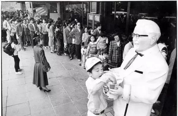 一群人站在一起合影的黑白照  描述已自动生成